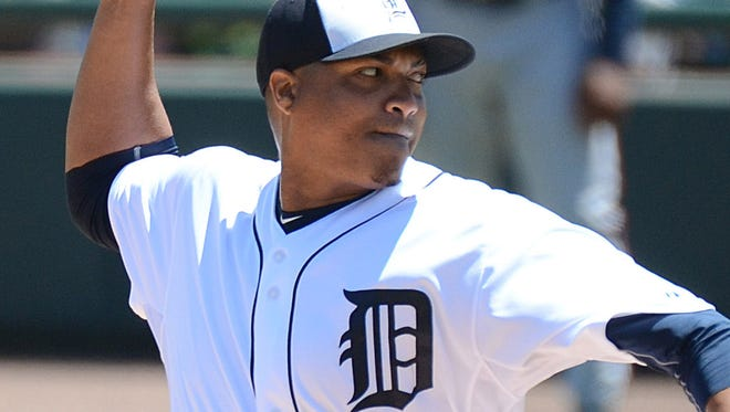 Detroit Tigers starting pitcher Alfredo Simon (31) throws a pitch in third inning of the spring training game against the Atlanta Braves at Joker Marchant Stadium.