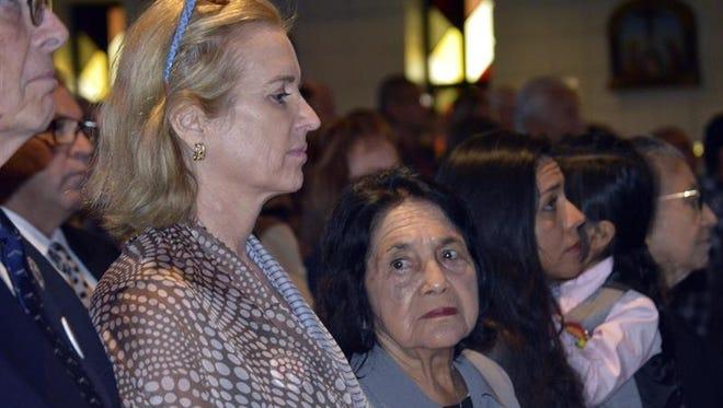"""La líder sindical Dolores Huerta (d) aseguró hoy en Florida que el voto de la comunidad hispana es una """"arma potente"""" para detener al candidato republicano, Donald Trump, en su camino hacia la Casa Blanca."""