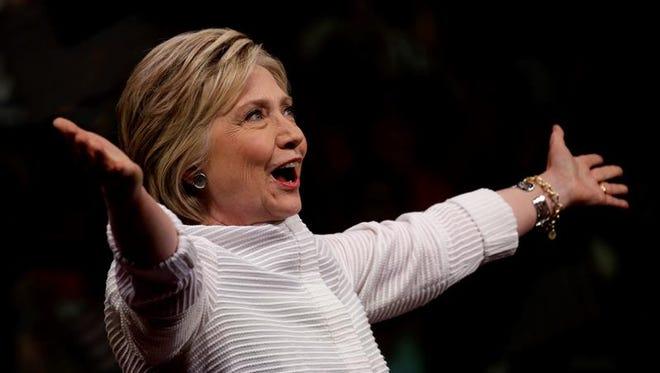 La precandidata a la presidencia de EE.UU. por el partido Demócrata Hillary Clinton saluda a seguidores.