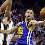 Stephen Curry (30) recupera un rebote ante la marca de Rudy Gobert durante un partido entre Golden State y Utah el 30 de marzo del 2016 en Salt Lake City. Curry fue elegido el Jugador Más Valioso de la NBA por segundo año seguido.