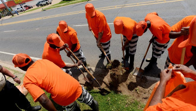 Bossier Parish inmates take part in the ÒOperation Clean SweepÓ program which aims to keep trash off the streets of Bossier.