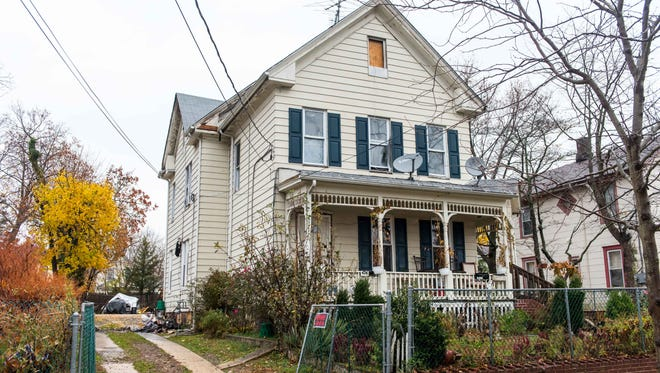 A fire was extinguished at 424 W Montrose St on early Tuesday morning.