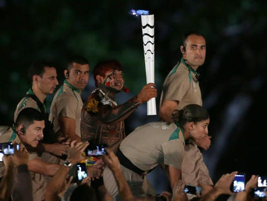 Brazil+Olympic+Torch+_Robe050716.jpg