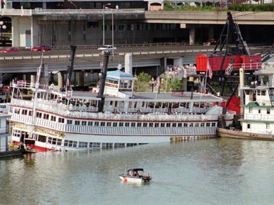 636391784954835476-belle-of-Louisville-sinking-Associated-Press.jpg