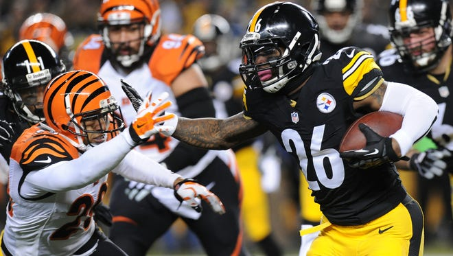 Pittsburgh Steelers running back Le'Veon Bell (26) runs  into Cincinnati Bengals middle linebacker Rey Maualuga (58) in the first half Sunday.
