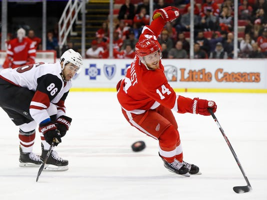 636179222644733937-AP-Coyotes-Red-Wings-Hockey-.jpg