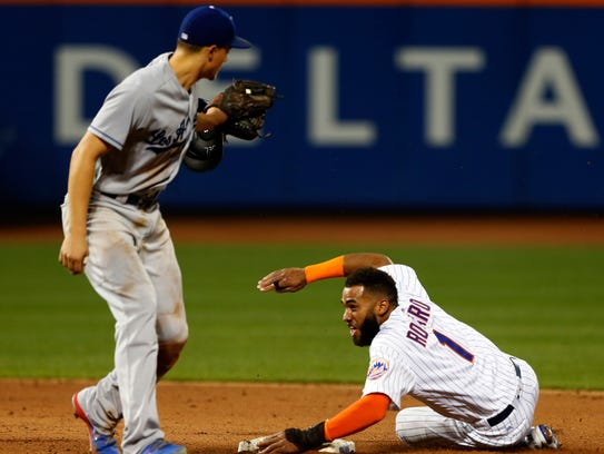 Mets shortstop Amed Rosario (1) beat the throw to Los