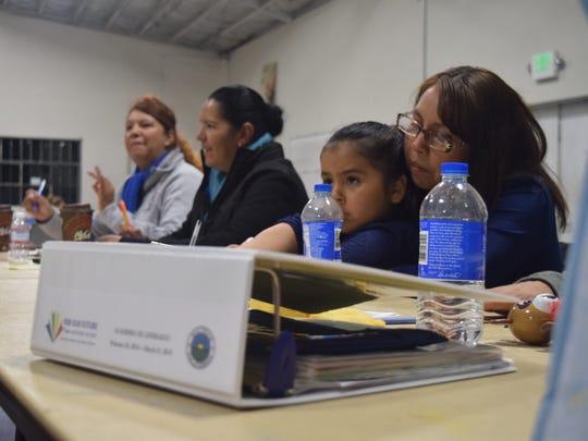 Rosalina Quintana con su hija. Al lado de ellas está Sofia Garza y su hermana Beatriz Garza en su última junta como 6ta Academia de Liderazgo, el jueves, 31 de marzo, en el Centro Recreacional BreadBox, en Salinas.