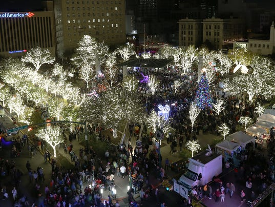 636478447816907983-Tree-Lighting-Parade-2.jpg