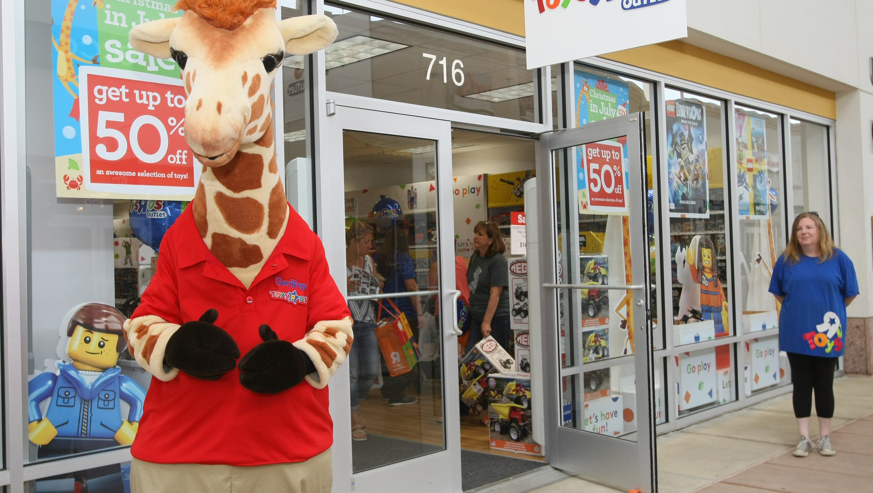 Toys r us tries new outlet mall strategy for Cuisinette toys r us