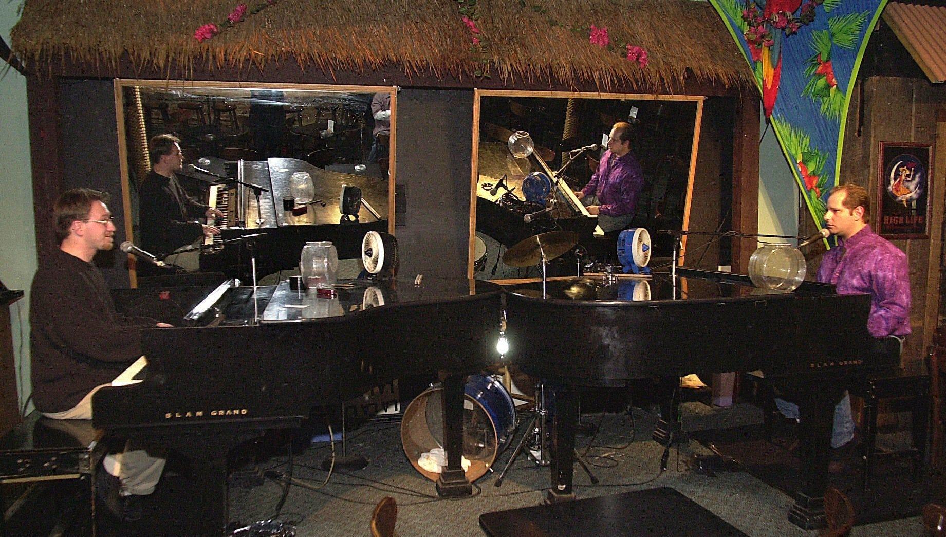 Dueling piano bar novi