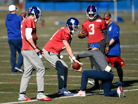 (L-R) New York Giants quarterbacks Davis Webb, Eli