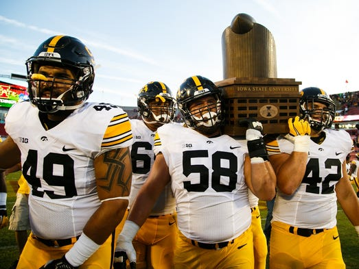 Iowa's Melvin Spears (49) Eric Simmons (58) and Macon