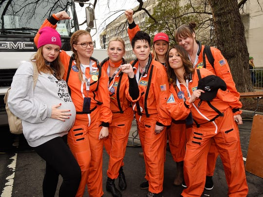 Amber Tamblyn and Amy Schumer pose at the Women's March