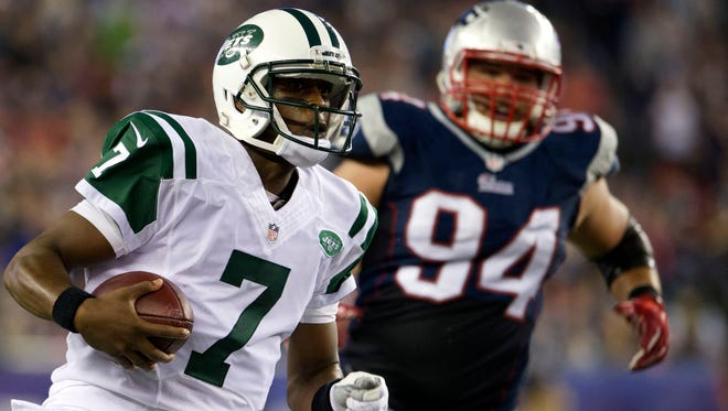 New York Jets quarterback Geno Smith (7) runs the ball against the New England Patriots during the first half at Gillette Stadium.