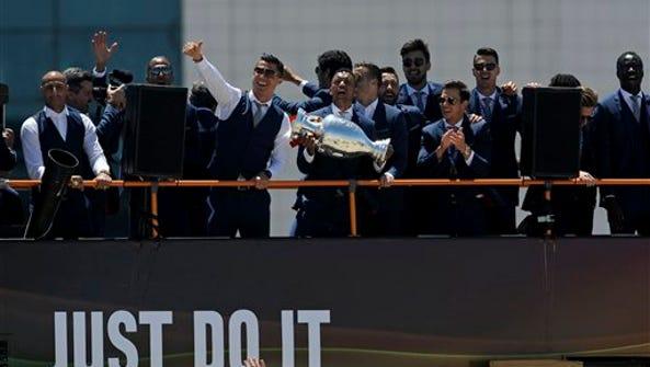 El extremo Nani alza el trofeo de campeón de la Eurocopa