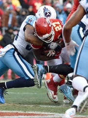 Chiefs running back Kareem Hunt (27) goes in for the