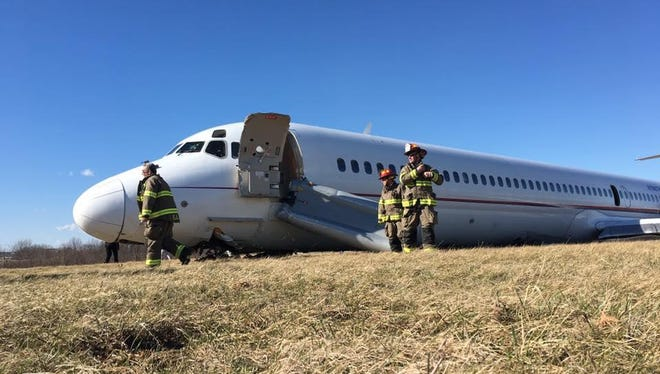 Investigators say a plane carrying the University of Michigan men's basketball team skidded off a runway in 2017 after a jammed part prevented pilots from tilting the nose upward during takeoff.