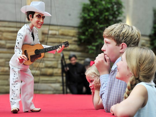 Hank Williams greets Mary Evans Bumstead, 4, left,