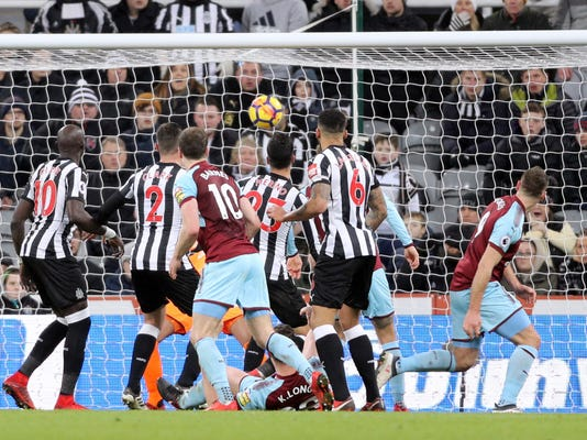 Burnley's Sam Vokes, right, scores his side's first goal of the game during their English Premier League soccer match against Newcastle United at St James' Park, Newcastle, England, Wednesday, Jan. 31, 2018. (Owen Humphreys/PA via AP)
