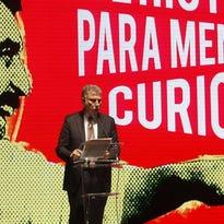 El director del Washington Post, Martin Baron, habla, este 29 de septiembre de 2016, durante la entrega de los premios Gabo 2016 en el marco del Premio y Festival Gabriel García Márquez de Periodismo en Medellín (Colombia).