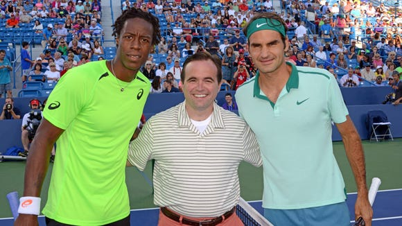 Cincinnati mayor John Cranley did the coin toss before the match between Roger Federer and Gael Monfils.