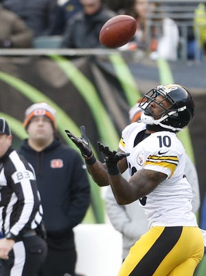 Pittsburgh Steelers wide receiver Martavis Bryant (10) catches a long touchdown pass.