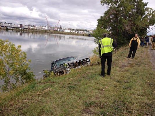 -vehicle in river.jpg_20140911.jpg