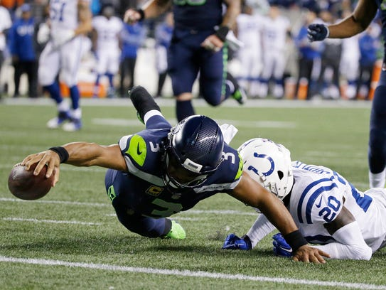 Seahawks quarterback Russell Wilson (3) dives in for