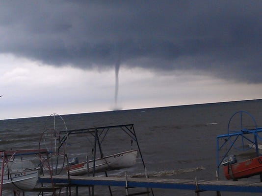 636373756405430202-ROCTab-08-24-2012-OurTownsWest-1-F010--2012-08-22-IMG--Waterspout.jpg-2012-1-1-FN23BMG0-IMG--Waterspout.jpg-2012-1-1-FN23BMG0.jpg