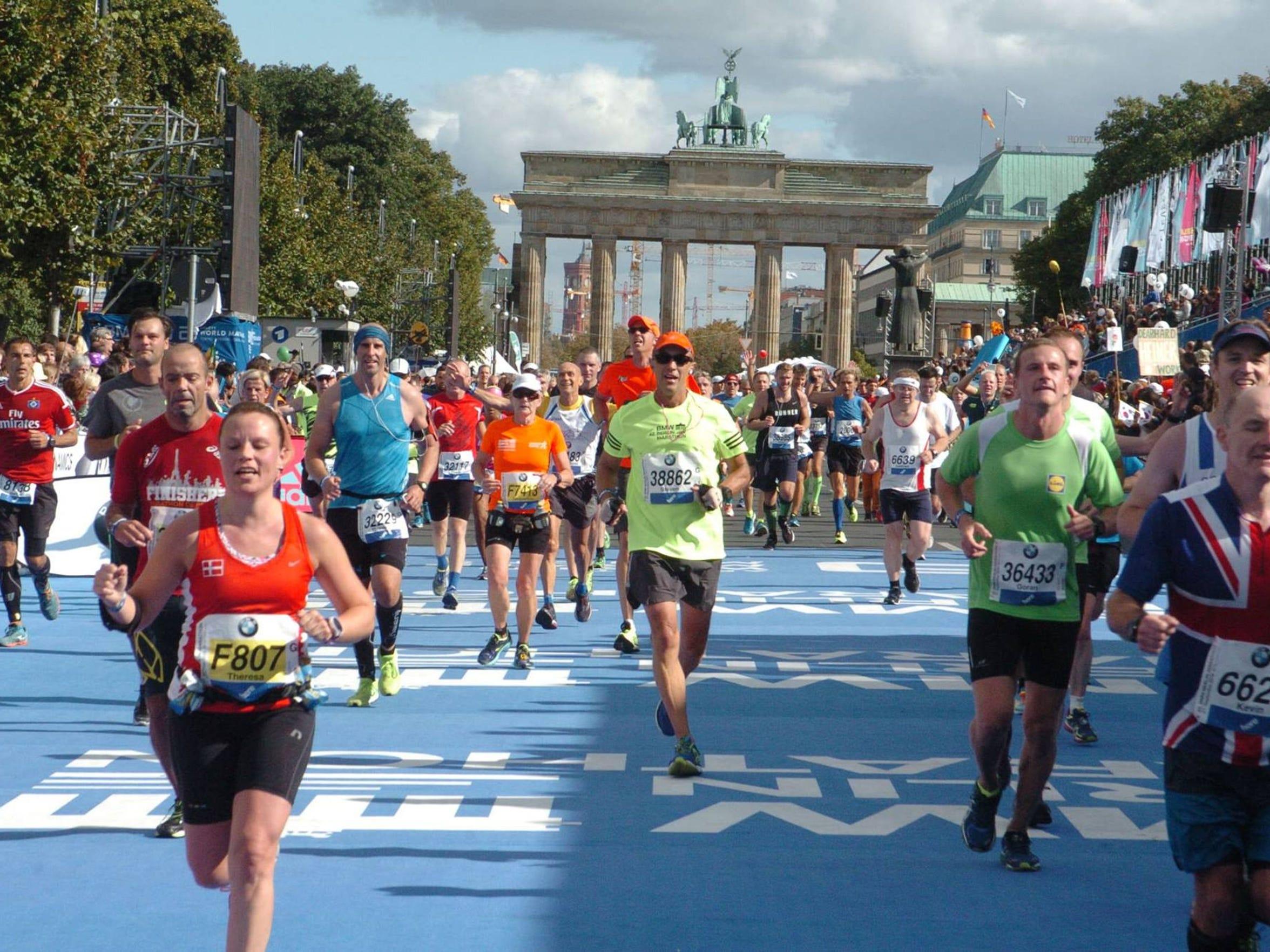 Steven Heithoff (middle) runs in the Berlin Marathon.