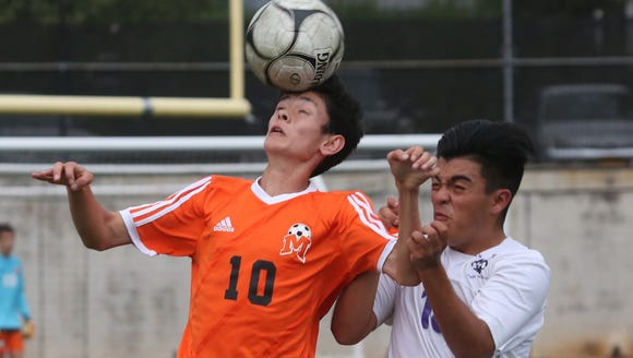 From left, Mamaroneck's Liam O'Reilly (10) controls