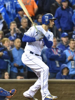 Eric Hosmer hits a go-ahead two-run single against the Mets in the fifth inning.