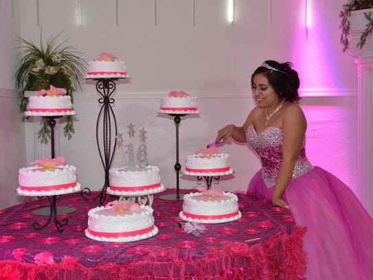 Al momento de partir su pastel de cumpleaños.