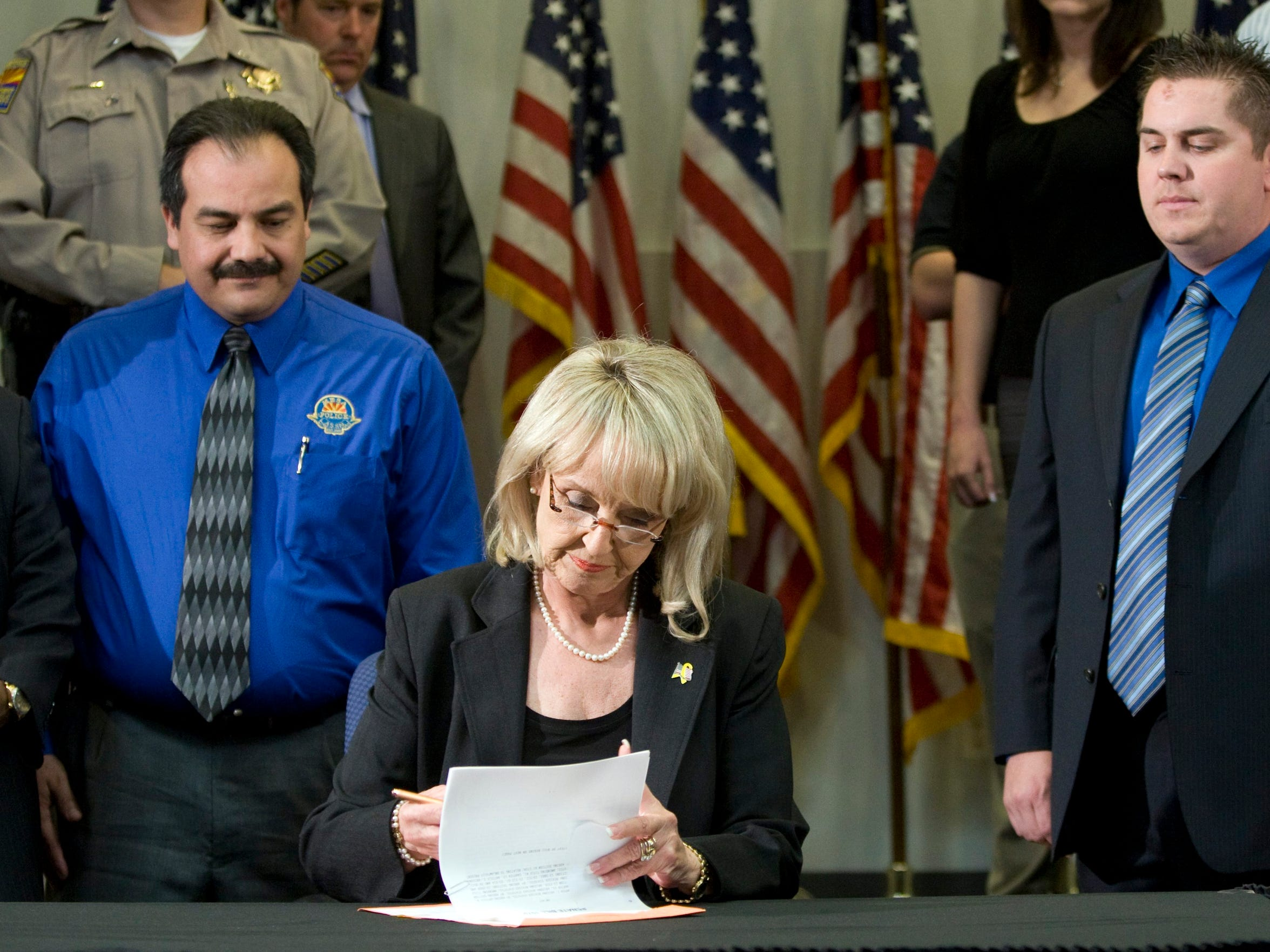 El 23 de abril del 2010, la entonces gobernadora de Arizona Jan Brewer firmó la ley SB1070.