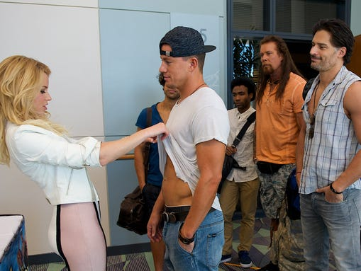 Elizabeth Banks inspects Channing Tatum's abs in 'Magic