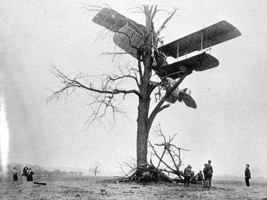 Crashed plane in 1915.jpg