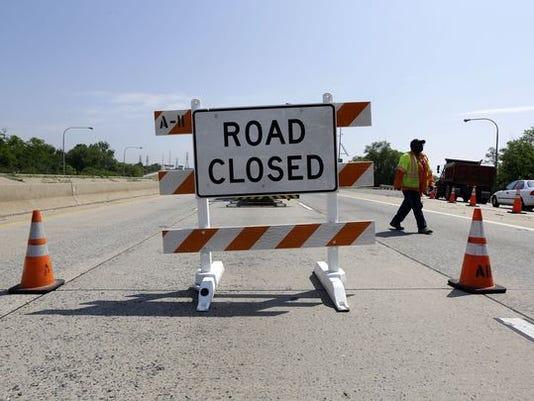 635816324120846957-Freeway-road-closure-sign