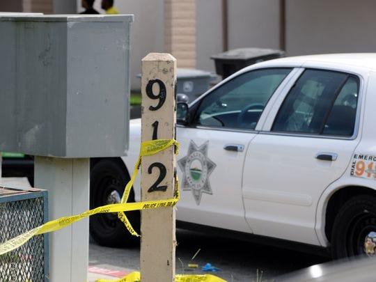 Cinta amarilla de de la cinta de plástico amarillo de la escena del crimen encierra el perímetro en la Acosta Plaza No. 912.