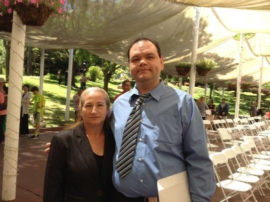 Vidal Chavarin, residente de Salinas, junto con su mamá.