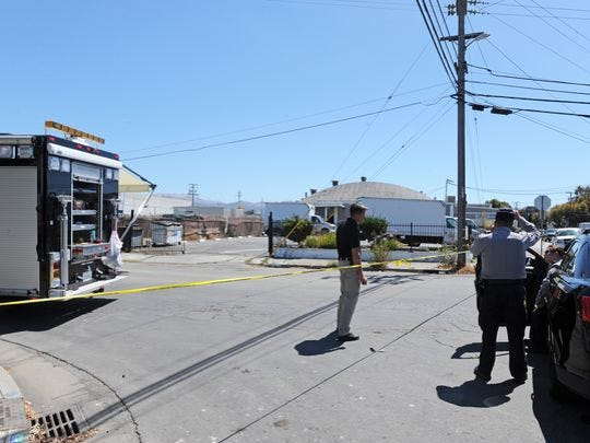 Oficiales de la policía de Salinas afuera de la tortilleria Jose's, en la Calle Rianda No. 309.
