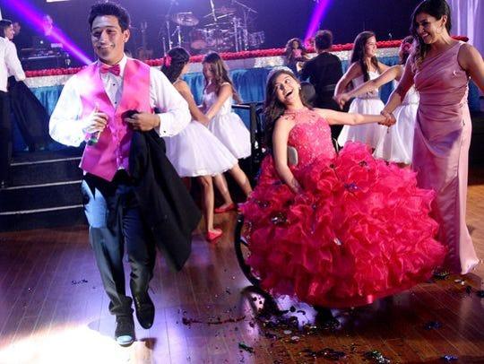 Karizma Vargas sonríe mientras observa bailar a un