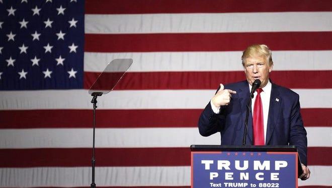 El magnate y candidato presidencial republicano, Donald Trump, inició hoy un maratón para ganar el estado decisivo de Florida, mientras la demócrata Hillary Clinton se permitió el lujo de hacer campaña por una candidata al Senado y poner el acelerador en el equipo de transición a la Casa Blanca.