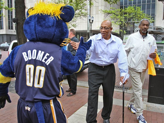 George McGinnis exchanged a high five with Boomer as