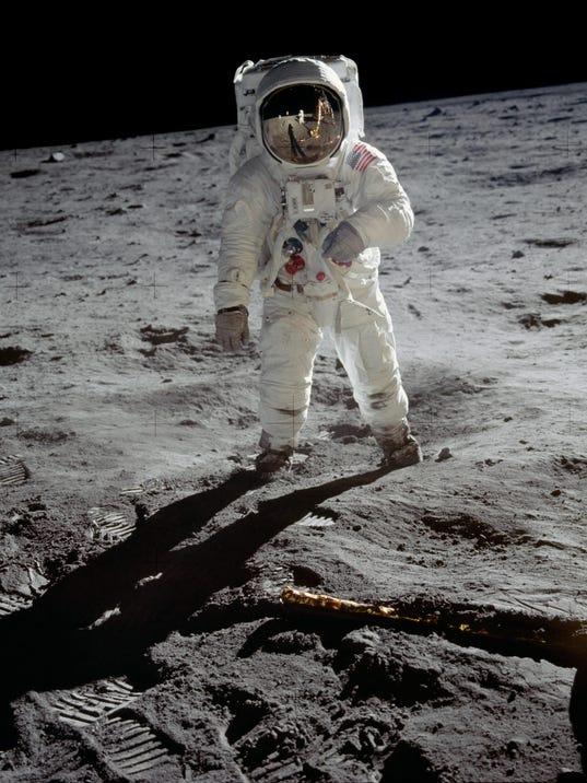 636181022236886720-buzz-aldrin-on-the-moon-1969.jpg