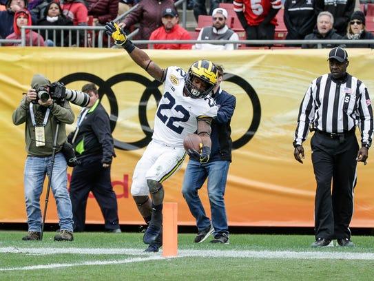 Michigan Wolverines running back Karan Higdon tries