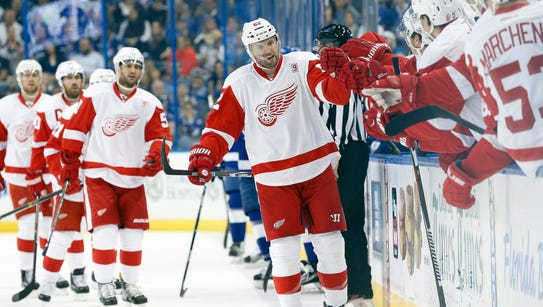 Detroit Red Wings left wing Thomas Vanek (62) is congratulated