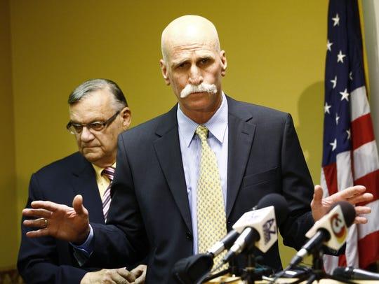 El abogado John Masterson (centro) argumentó que un