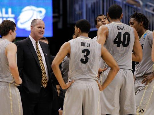 Colorado Buffaloes coach Tad Boyle huddles up with
