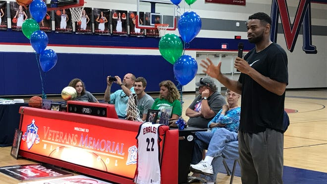 Peyton Smith, center, listens as Veterans Memorial coach Xzavier Gaines talks to the assembled crowd. Smith committed to play basketball at Texas A&M-Corpus Christi